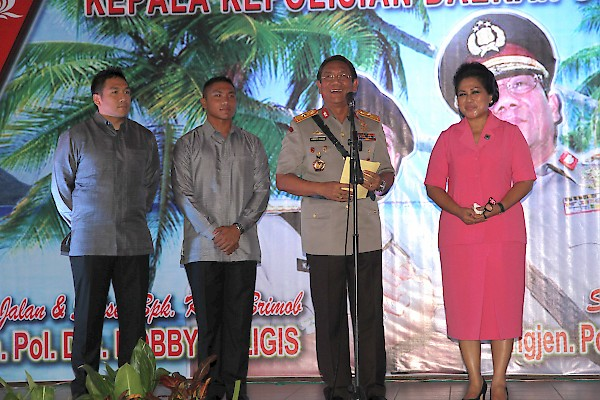 Brig. Gen. Jimmy Palmer Sinaga, installed as new chief of police in North Sulawesi province, Indonesia on January 14, pictured giving a speech with his wife and two sons. (photo by Bryan Sumendap)